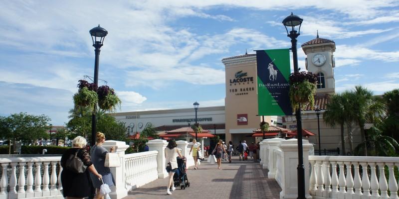 Em busca de promoções, brasileiros vão às compras na Flórida