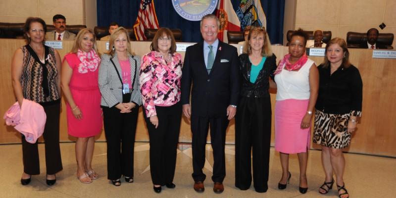 Moradores de Orlando participam do Outubro Rosa em prevenção ao câncer de mama