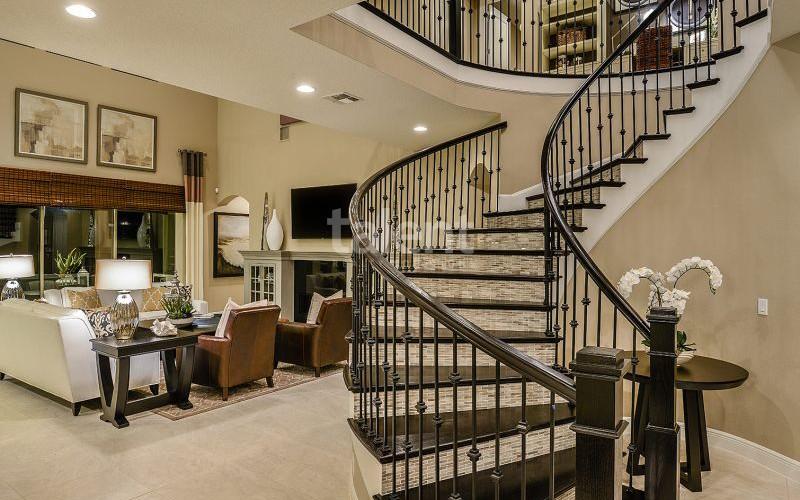 Enclave at VillageWalke - Novo condomínio em Orlando Escada sala de estar