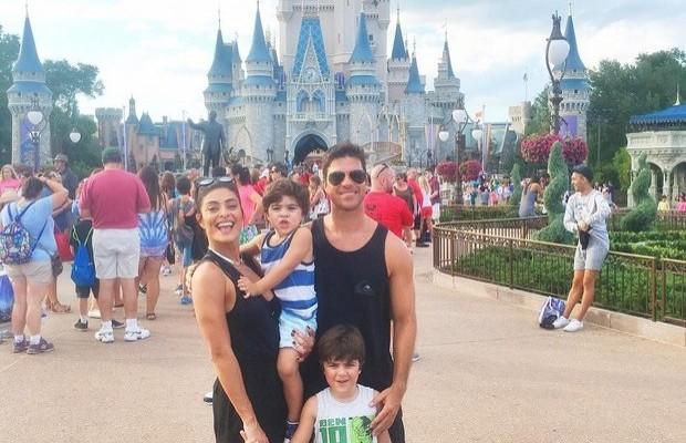 Juliana Paes passa férias com a família em sua casa em Orlando