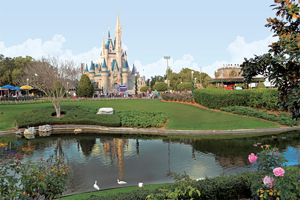 Lago ao lado do Castelo do parque Magic Kingdom